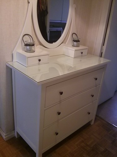 commode hemnes blanche avec miroir petites annonces ikea by ikeaddict. Black Bedroom Furniture Sets. Home Design Ideas